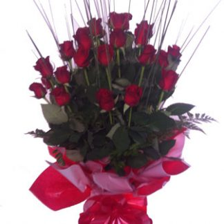 romantic love dozen red roses bouquet